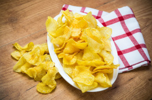 Готовые чипсы на столе